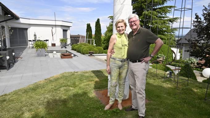 """Christine und Hanspeter Rentsch in ihrem Garten in Bettlach. Die beiden Kunstsammler haben das Bürgi-Areal gekauft und bauen dort ein """"Schaulager"""" für ihre rund 1000 Exponate umfassende Kunstsammlung"""
