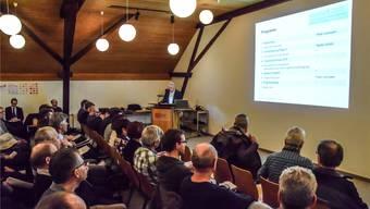 Peter Lehmann, Vorsitzender Geschäftsleitung IB Wohlen AG, präsentiert den Gemeindevertreterinnen und -vertretern das überarbeitete Konzept.