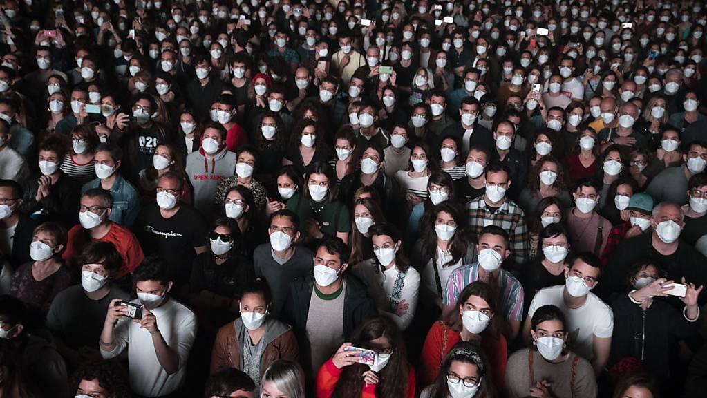 ARCHIV - Etwa Fünftausend Musikliebhaber besuchten im März ein Rockkonzert im spanischen Barcelona, nachdem sie am selben Tag einen Corona-Test durchgeführt haben. Nun ziehen die spanischen Behörden eine erfreuliche Bilanz. Foto: Emilio Morenatti/AP/dpa