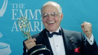 Richard Dysart mit Emmy-Preis im Jahre 1992 (Archiv)
