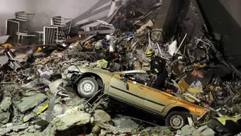 Rettungskräfte auf der Suche nach Überlebenden nach dem Erdbeben in Christchurch im Februar 2011. (Archivbild)