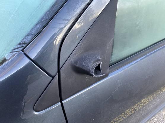 Rückspiegel an vier Autos wurden beschädigt. Die Polizei sucht Zeugen.