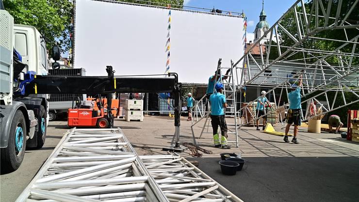 Statt wie angekündigt auf einem LED-Bildschirm werden die 25 Filme auf einer herkömmlichen Leinwand gezeigt (im Hintergrund). Bruno Kissling