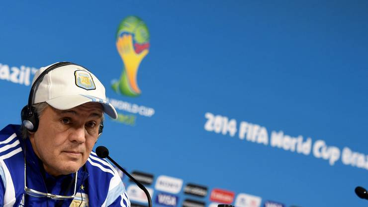 Trainer Alejandro Sabella stellt sich den Fragen der Medien. Alleine.
