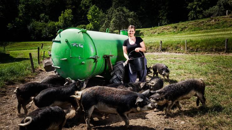 Christa Strub mit den Wollschweinen. Ihr Fleisch verkauft sie unter anderem am Aarauer Wochenmarkt.