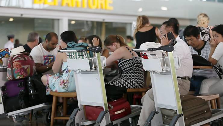 Wartende Fluggäste im internationalen Flughafen von Bali