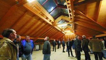 Verzögerung: Der Dachstock der Turnhalle bleibt noch eine Weile ein nicht ausgebauter Estrich. (Bild: jr)