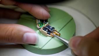Präzisionsarbeit: Die Herstellung von Hörgeräten verlangt viel Fingerspitzengefühl (Archiv)