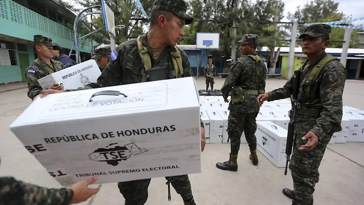 Soldaten liefern Wahlunterlagen für die Präsidenten- und Parlamentswahlen in Honduras