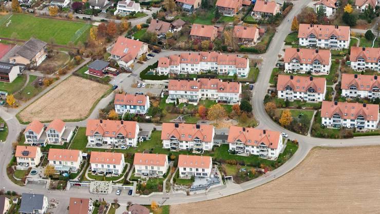Die monatlichen Wohnkosten von Eigentümern belaufen sich im Mittel auf 1500, jene von Mietern auf knapp 2000 Franken – eine Differenz von 6000 Franken pro Jahr.