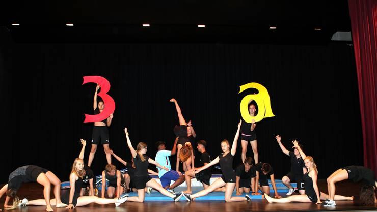 Die Sek 3a lieferte eine Show mit spektakulären akrobatischen Einlagen und formierte sich zum Schluss zu einem sportlichen Gesamtkunstwerk.