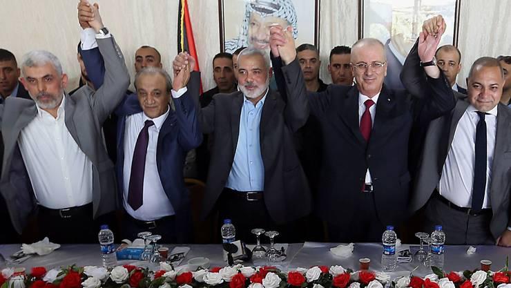 Vertreter der Hamas und der Autonomiebehörde vereint in Gaza-Stadt - mit Regierungschef Rami Hamdallah (2. v. r.)