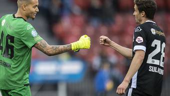 Luganos Goalie Noam Baumann und Verteidiger Fulvio Sulmoni freuen sich über den Sieg im Letzigrund