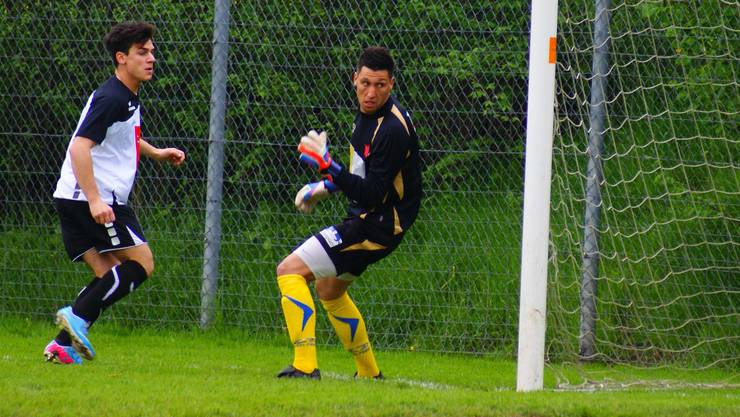 Urdorfs Andrea Pasinelli (links) trifft gegen Torhüter Sebastian Marda zum frühen 1:0.
