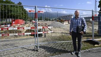 Bauleiter Janick Büschlen von Frutiger AG Analysa  vor den künftigen Kunstrasenfeldern