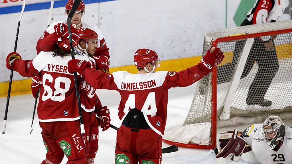 Der Dreifach-Torschütze Sven Ryser (links) und seine Lausanner Teamkollegen feiern den 3:3-Ausgleich gegen Genève-Servette.