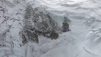 Am frühen Sonntagmorgen brach nach und nach zwei Drittel der rutschenden Eismasse des Triftgletschers ab. Aufnahmen aus dem  dem Helikopter zeigen, wie der Berg nach dem Gletscherabbruch aussieht. Die abgerutschte Masse liegt nun unterhalb der Gletscherzunge, bedeckt von Nebel.