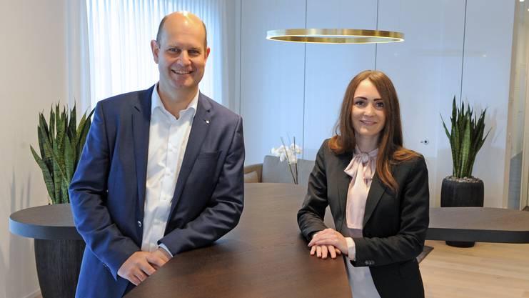 AKB-Chef Dieter Widmer mit Giannina Carriero, der neuen Filialleiterin in Oftringen.