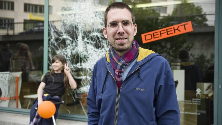 Philipp Brogli zeigt im Rahmen seiner Artstübli-Führung versteckte, teils illegale Graffitis und Kunstwerke im öffentlichen Raum.