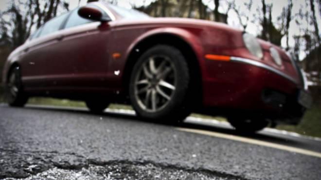 Wer Sozialhilfe bezieht, muss das Auto verkaufen oder die Nummernschilder deponieren. Dagegen klagt nun ein Zunzger. Foto: Keystone