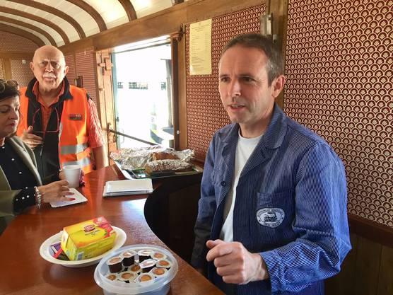 Vereinspräsident Thomas Pulfer amtete auf der Jungfernfahrt als Gastgeber im Bar-Waggon.