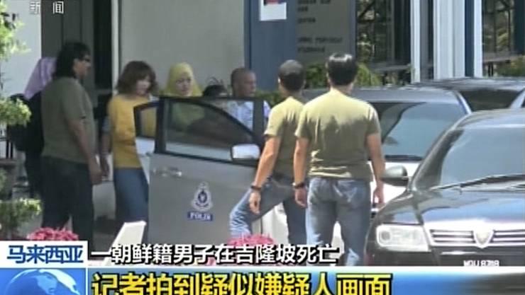 Die Frau im gelben T-Shirt soll eine der Mörderinnen sein.