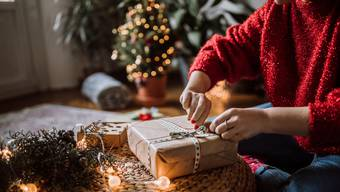 Solo Weihnachten: Unternehmen sollen Wege finden, damit sich die Mitarbeitenden trotz ausfallender Weihnachtsessen austauschen können.