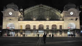 Die SVP möchte keine Randständigen mehr vor dem Bahnhof SBB sehen. (Archiv)