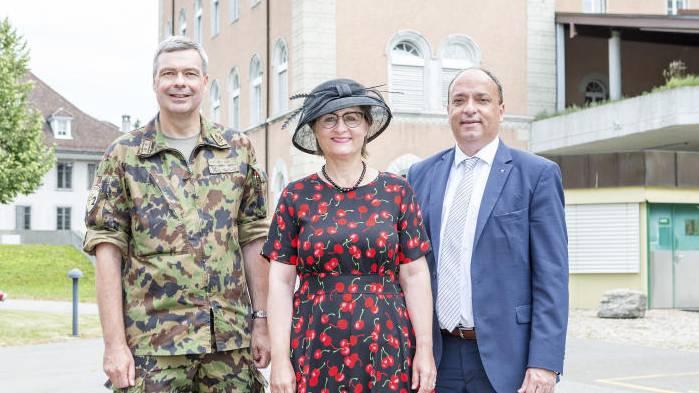 Die Kaserne Aarau wurde teilsaniert. Im Bild: Divisionär Hans-Peter Walser, Regierungsrätin Franziksa Roth und Regierungsrat Markus Dieth vor der Kaserne.