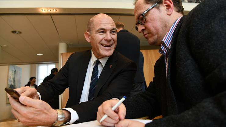 Ein zufriedener Regierungsrat: Anton Lauber (links) zeigt die Abstimmungsresultate.