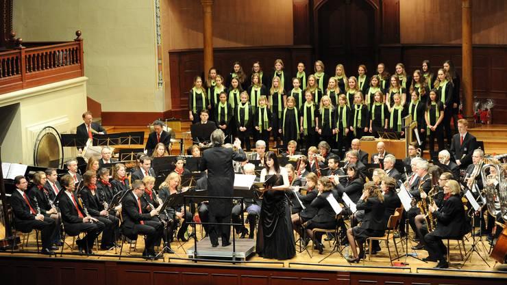 Blasorchester, Mädchenchor und Solistin harmonierten ausgezeichnet – der Komponist stand selber am Dirigentenpult.