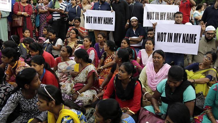 """Tausende Menschen haben in mehreren indischen Städten gegen Lynchmorde an Muslimen und anderen Minderheiten demonstriert. Die Proteste standen unter dem Motto """"Nicht in meinem Namen""""."""