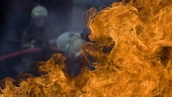Die Feuerwehr hat in der Nacht auf Mittwoch einen Brand in einer Parkgarage in Glattbrugg gelöscht. (Symbolbild)