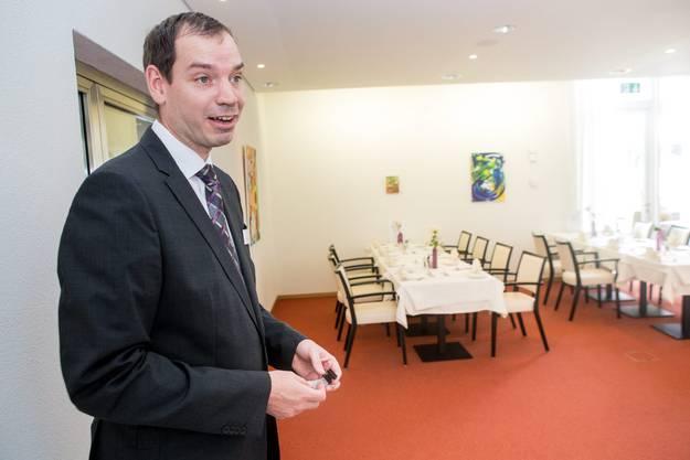 Direktor Roland Eckert bewährt einen Einblick in den Speiseraum