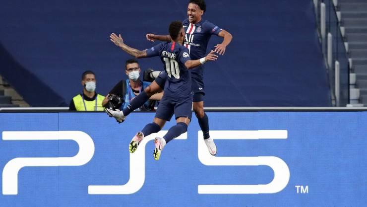 Neymar (l.) und Marquinhos feiern den Führungstreffer im Halbfinalspiel gegen Leipzig.
