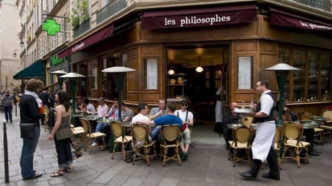 Frankreich ist für Schweizer nicht nur wegen des Savoir-vivre attraktiv (im Bild ein Café im Pariser Marais). Foto: Sergio Pitamitz/Laif