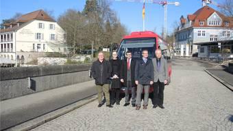 Die Verantwortlichen rund um Oberbürgermeister Klaus Eberhardt (2. v. r.) und Stadtrat Walter Jucker (r.) vor dem Stadtbus.MGM