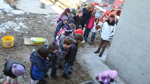 Klassenweise legten die Dietwiler Kinder ihre Wünsche ins Fundament für die neuen Schulräume. ES