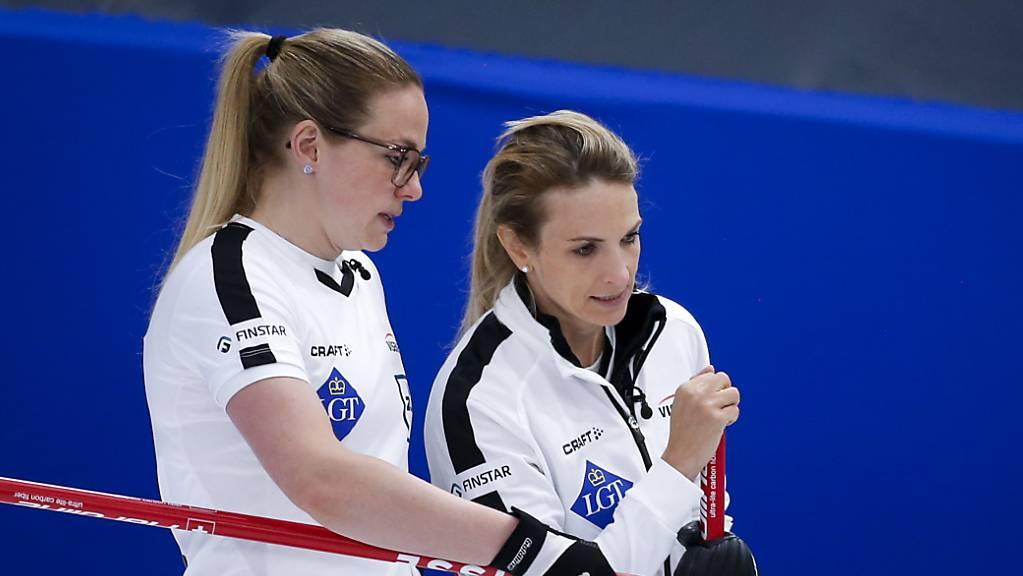Alina Pätz (links) und Skip Silvana Tirinzoni haben an der WM weiterhin alles im Griff.