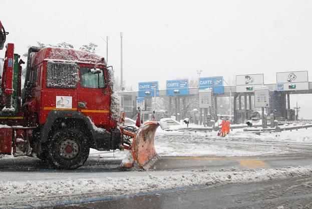 Auch Italien hat mit den Schneemassen zu kämpfen: Schneeräumung auf einer Autobahn bei Modena
