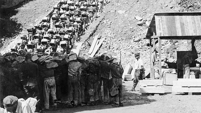 Im KZ Mauthausen mussten die Häftlinge Granitblöcke aus dem Steinbruch die Todesstiege hochschleppen. Die SS quälte die Insassen zusätzlich und brachte sie mit Fusstritten zu Fall. Bild: Beeldbank WO2-NIOD