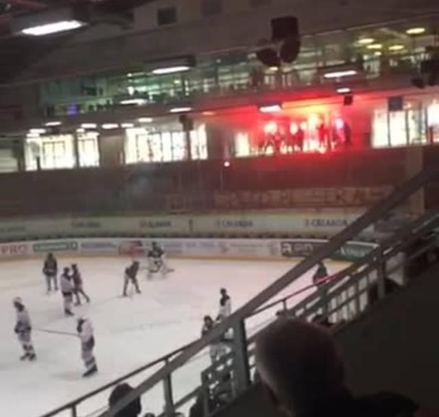 Unbekannte Jugendliche zünden bei EHCO-Novizen-Match Pyros an