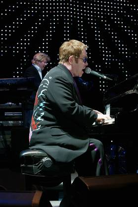 So kennt man den Superstar: Elton John am Klavier.