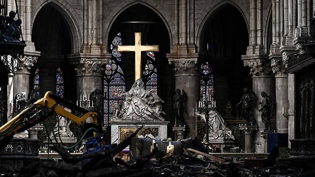 Noch in einer Trümmerlandschaft findet ein erstes Konzert in der Kathedrale Notre-Dame de Paris statt.