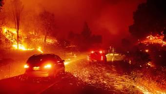 Funken fliegen auf die Strasse durch Jimtown in Kalifornien, wo derzeit das Kincade-Feuer wütet.