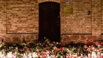 Kerzen und Blumen vor der Synagoge in Halle für die Opfer des Anschlags - der Todesschütze hat die Tat gestanden und ein rechtsextremistisches, antisemitisches Motiv bestätigt.