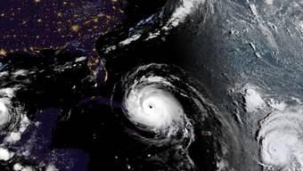 """Die Bewohner der Karibikinseln Antigua und Barbuda können vorerst aufatmen: Der Hurrikan """"José"""" wird die Inseln voraussichtlich nicht direkt treffen. Das Satellitenbild vom Freitag zeigt in der Mitte den Hurrikan Irma zwischen Kuba und Florida, links den Sturm """"Katia"""" und rechts """"José""""."""