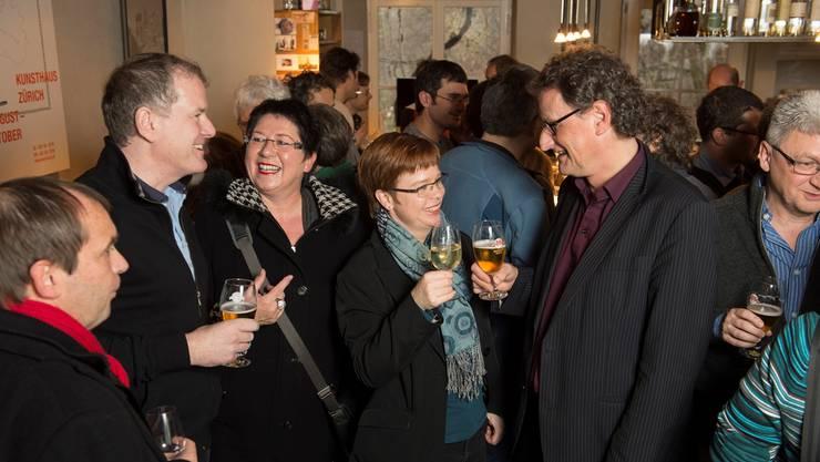 Geri Müller (rechts) stösst mit Stadtratskandidatin Ruth Müri an. Stadtammann Stephan Attiger (links) und Stadträtin Daniela Oehrli auf dem Rundgang bei den Parteien. Alex Spichale