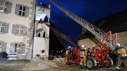Mit der historischen (unten) und der modernen Leiter wurden die «Verletzten» aus dem Schloss Hilfikon gerettet.
