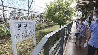 Maskierte Südkoreaner nahe der nordkoreanischen Grenze: Das nordkoreanische Regime hat nach einem ersten Covid-19-Verdachtsfall für die Region um die Grenzstadt Kaesong die höchste Alarmstufe ausgerufen.